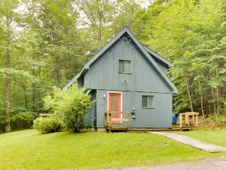 Classic, dog-friendly cabin in the woods w/ private deck, Dover