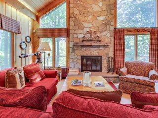 Scenic chalet w/private sauna & close to golfing & skiing!