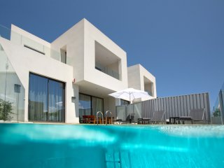 Luxury villa 150mt to beach,private pool&seaview,4 bedrooms,Wifi,BBQ,indoor gym, Galatas