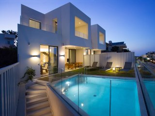 Luxury villa 150mt to beach,private pool & seaview,4 bedrooms,WiFi, BBQ,Gym, Galatas