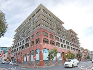 Modern 2 bed serviced apt, pool, gym, views & more, Cape Town Central