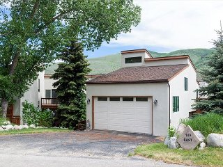 Spacious Builder's Home in Avon - Mountain Views, Perfect for Families