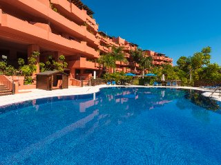 LAS NAYADES, LUXURY APARTM 100 METERS FROM BEACH, Estepona