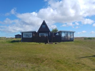Cosyness Cottage (with sea view and hot tub), Keflavik