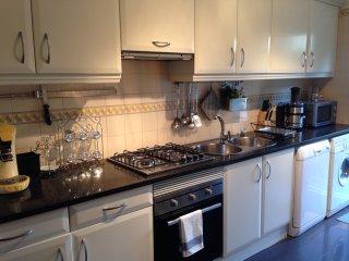 Cuisine entièrement équipée. Lave vaisselle, gazinière, micro-onde, cafetière, gris pain...etc..