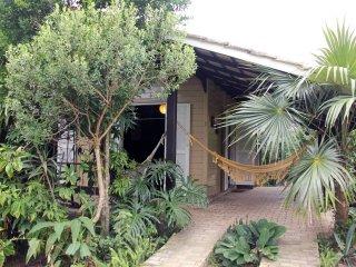 Casa com muito verde, 300m da praia e lagoa, Florianopolis