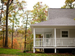 The White Farmhouse Cottage - Scenic Mountain View, Mena