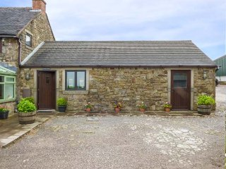 LARK'S RISE COTTAGE, all ground floor, wet room, on farm, WiFi, in Leek, Ref