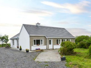 THOMAS' COTTAGE, all ground floor, solid fuel stove, pet-friendly, WiFi, in Claddaghduff, Ref 937884