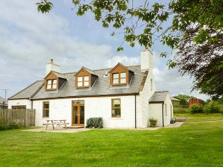 DRUMFAD COTTAGE, woodburning stove, lawned garden, open plan living area, Port William, Ref 939511