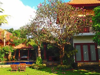 Cozy 2 storey Villa Pool, fibre optic internet, tropical garden, AC, kitchen