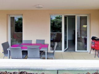 Well-appointed flat with a pool, St-Raphaël
