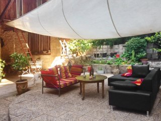 Fancy house with furnished terrace, Aramon