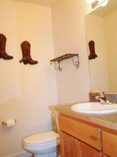 Rim Vista 4A4 - Half bathroom on main floor