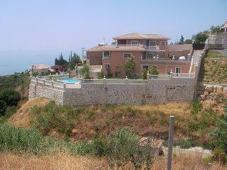 villa de lujo con piscina, vistas al mar y montaña