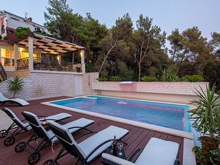 Comfort apartment with a swimming pool, balcony and free parking - Villa Fani