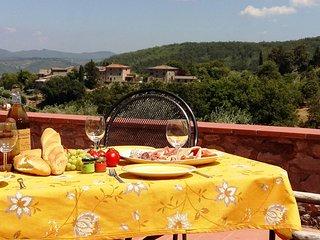 Zonneterras/balkon met vergezichten op Toscaanse heuvels.