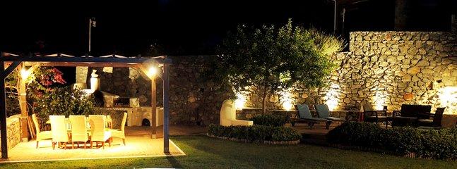 La pérgola y el área cubierta por la noche.