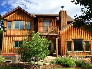 Contemporary Mountain Home With Views, Near Skiing and Town, Great For Families!