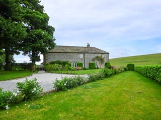 STERNDALE BARN stunning stone barn, countryside views, woodburning stove, WiFi, Longnor Ref 933489