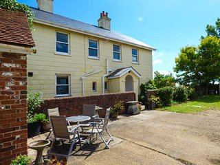 SOMERTON FARM, working farm, WiFi, pet-friendly, near Cowes, Ref 934829