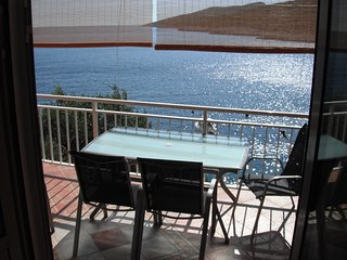 Apartment by the sea, beach below the house, Zavalatica
