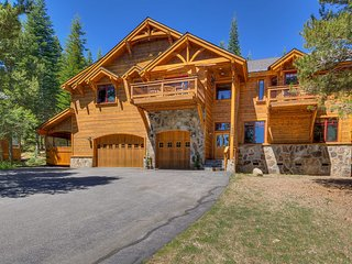 Beautiful home with private hot tub, outstanding decks and log cabin feel - The King's Court