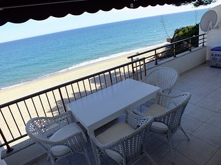 Direct to the beach, pool, wifi, tennis, air condi, Miami Platja