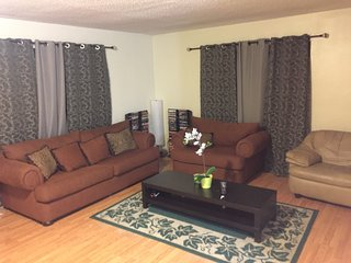Spacious and comfy 3 bedroom home, Long Beach