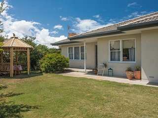 Bailey Breakaway - Pet Friendly and a Flat Walk to the Popular Surf Beaches at M