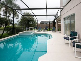 Luxury waterside Villa, private solar heated pool and spa, Disney area
