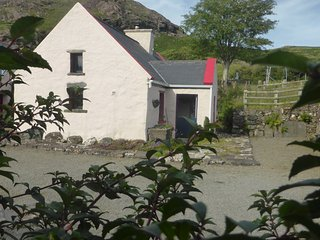 Pat Mors Cottage - Cozy, traditional Irish living, Clonbur