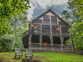 CRIMSON BEAR MOUNTAIN- 3BR/3BA- SECLUDED CABIN SLEEPS 6, PET FRIENDLY, POOL TABLE, HOT TUB, GAS GRILL, FIRE PIT, SATELLITE TV, AND WIFI! STARTING AT $125 A NIGHT!, Blue Ridge