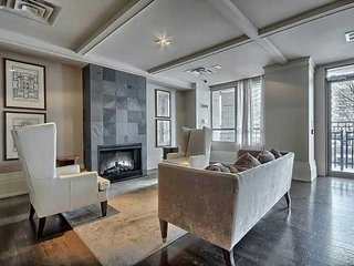 Stunning Square One Condo 1 Bed+Den
