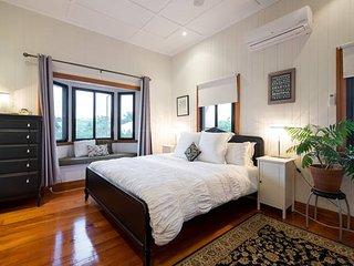 Hilltop House: 4km to CBD amid Parks & Cafes, Brisbane