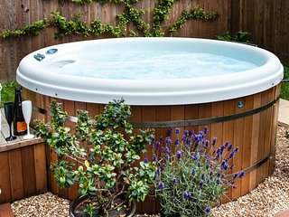 THE RETREAT, own HOT TUB, close Lyme Regis coast, rural oasis, WiFi,short breaks