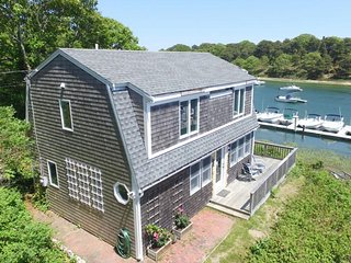 Breathtaking riverfront dog-friendly home w/ a lovely deck, close to the beach!, Chatham
