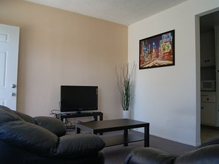 Furnished 1-Bedroom Apartment at Pennsylvania Ave & Berkeley St Santa Monica, Santa Mónica