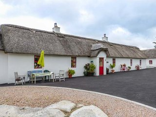 FAN TAMAILL, thatched cottage, open fire, dogs welcome, ample parking, Lettermacaward, Ref 10724