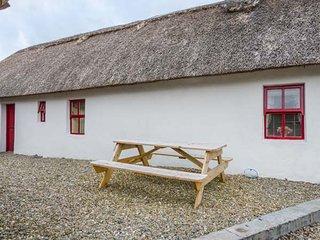 FAN TAMAILL, thatched cottage, open fire, dogs welcome, ample parking, Lettermac
