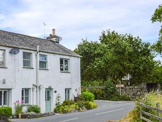 KIRRIN COTTAGE, great walking available, open fire, Hawkshead