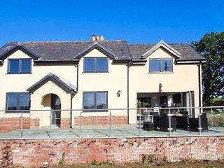 CAEAU MAWR, luxury detached cottage, WiFi, country views, hot tub, in Denbigh, Ref 933366