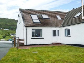 CEÓL NA MARA, first floor apartment, en-suite, garden with sea views, Uig, Ref