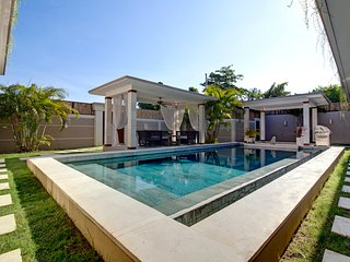 SEMINYAK Amazing 3BR Villa jacuzzi, pool bar, exotic garden
