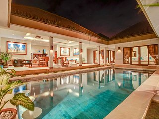 SEMINYAK Amazing 3BR Villa ** Jacuzzi Pool Bar Exotic Garden
