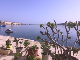 Seafront bedroom with water access, Birgu (Vittoriosa)