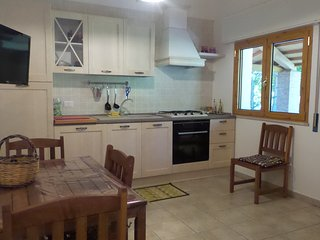 La cucina è completa di frigo,freezer,fornello 4 fuochi, tv lcd,tutto per cucinare.