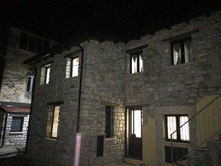 Casa su due livelli in pietra situata nel centro