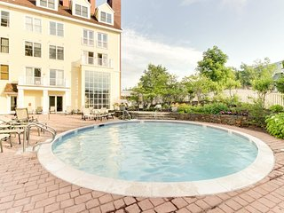 Open condo close to slopes, access to shared hot tub & pool, Stratton Mountain
