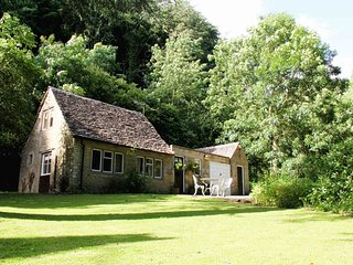Peters Nest, cosy retreat in ancient woodland, Tetbury